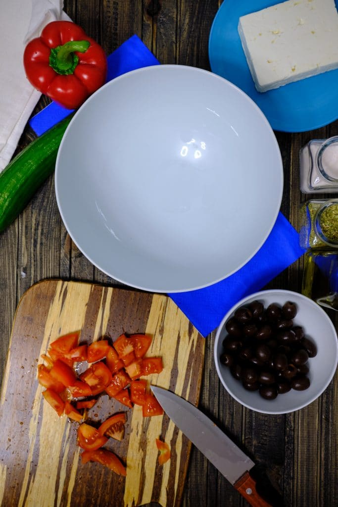 Przygotowywanie sałatki greckiej