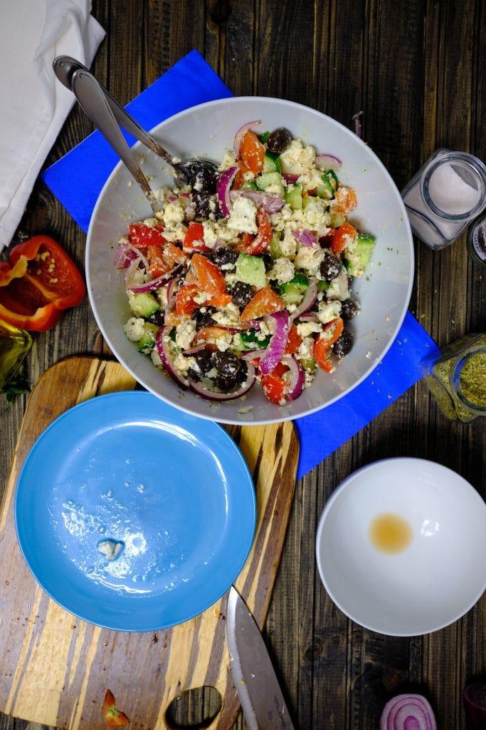 Gotowa sałatka grecka z fetą, warzywami, oliwkami i oregano