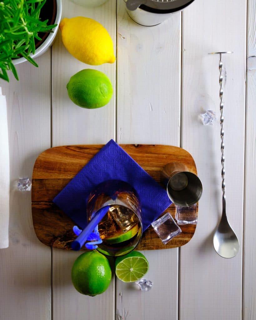 Dodatki do wódki z colą - limonka, cytryna, mięta i wanilia.
